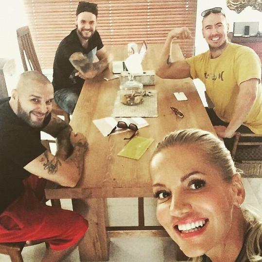 Dara, Rytmus a jejich tým u nich doma
