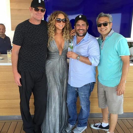 Mariah o svém románku zatím mlží. S Jamesem (vlevo) se zvěčnila po boku dalších přátel.