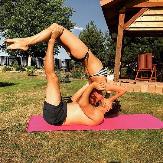 Michaela Maurerová s přítelem pravidelně cvičí.