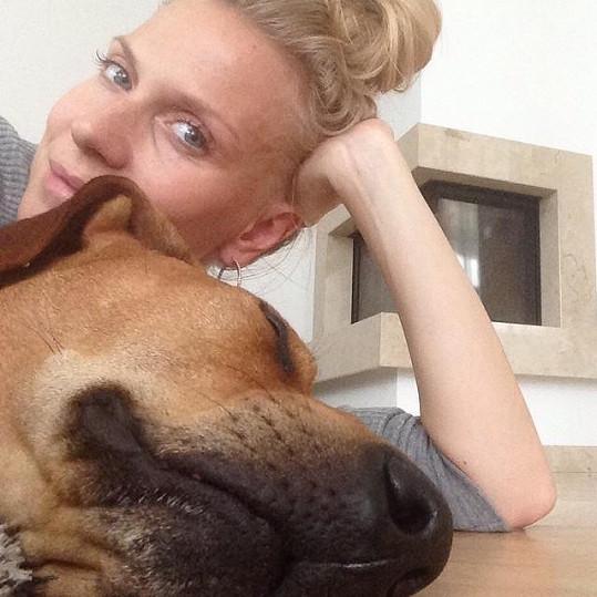 Michaela se svým psím mazlíkem