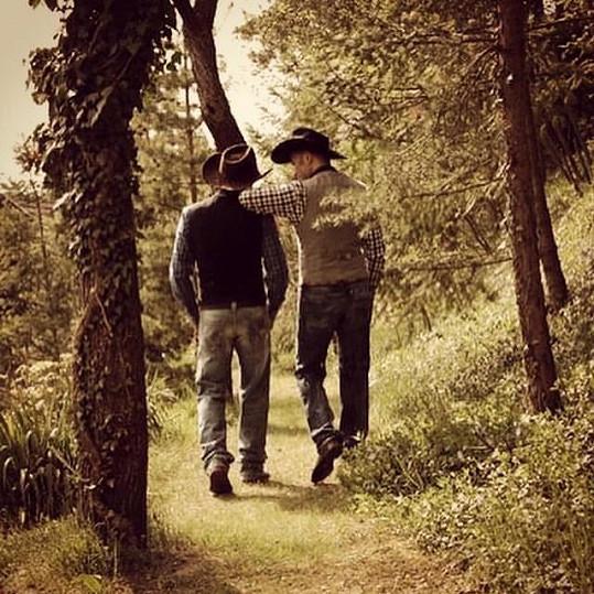 Jako postavy z filmu Zkrocená hora zvěčnil pár Robert Vano u nich na zahradě na Karlštejně.