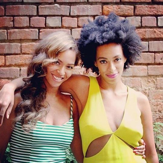 Solange Knowles (vpravo) se sestrou Beyoncé