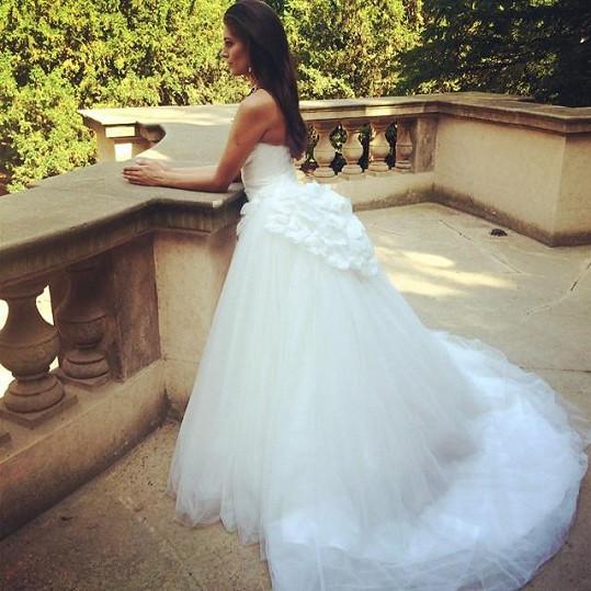 Vignerová fotila svatební šaty v jednom z pražských parků.
