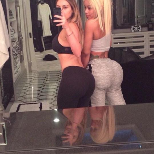 Velké zadnice rozhodně zůstanou v rodině... Takhle si Blac před časem porovnávala pozadí s Robovou sestrou Kim Kardashian.