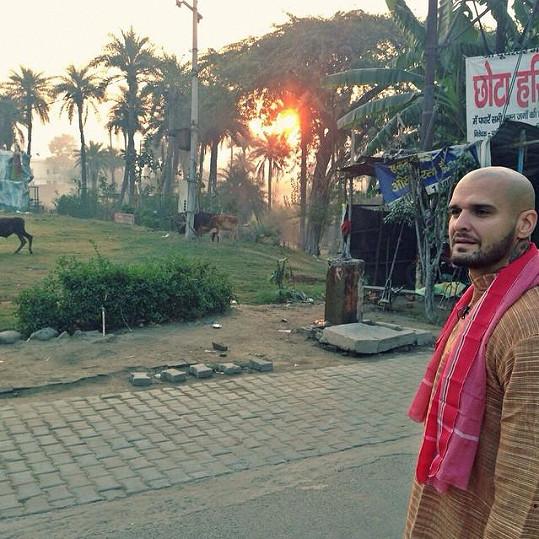 Přítel Dary Rolins sleduje v Indii východ slunce u řeky Gangy.