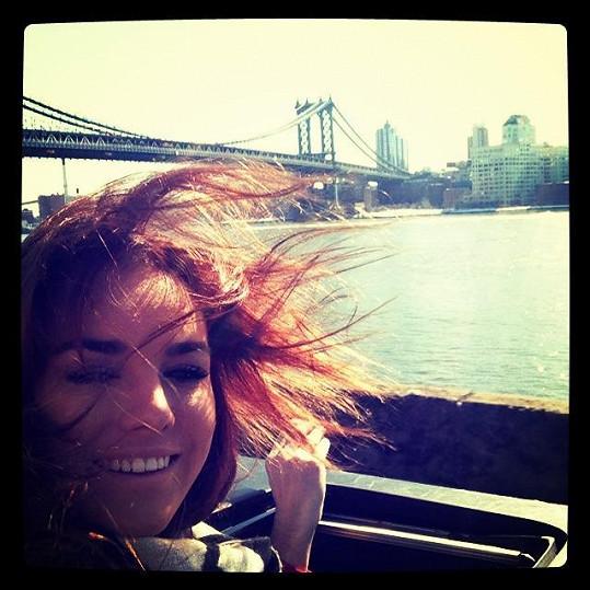 V New Yorku bylo větrno.