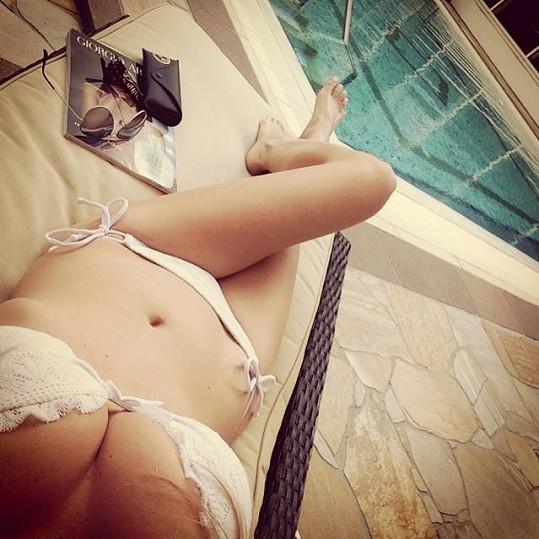 Michaela Ochotská se sama vyfotila u bazénu.