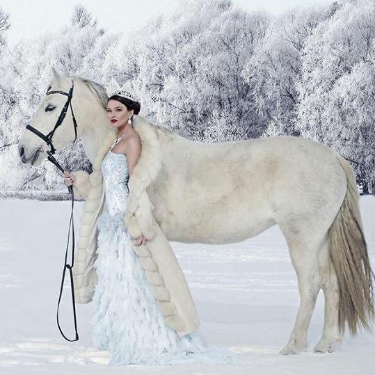 Švantnerová vypadá v zimní krajině jako princezna.