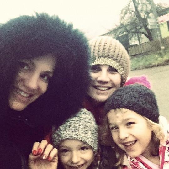 Dara s dcerou Laurou, manažerkou a její dcerou na procházce po Domašově