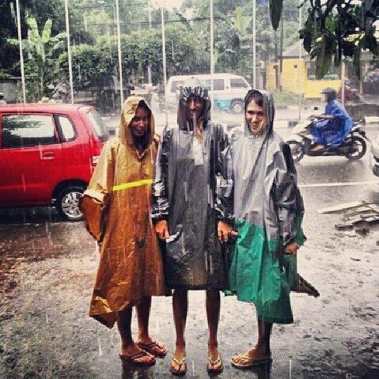 Místo sněhu si na Bali občas užijí deštík.