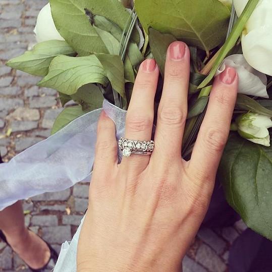 Ukázala zásnubní i snubní prsten.