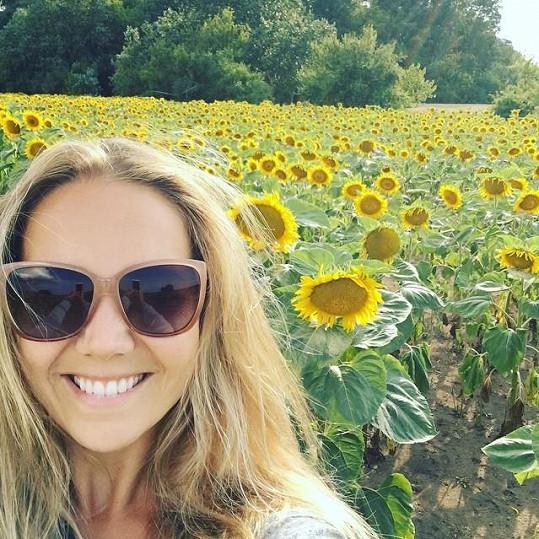 Lucie Vondráčková mezi slunečnicemi