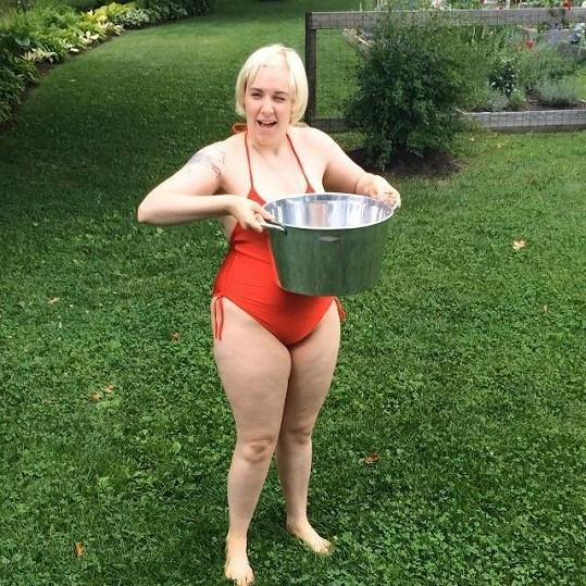 Takhle Lena loni pokořila ALS Ice Bucket Challenge.