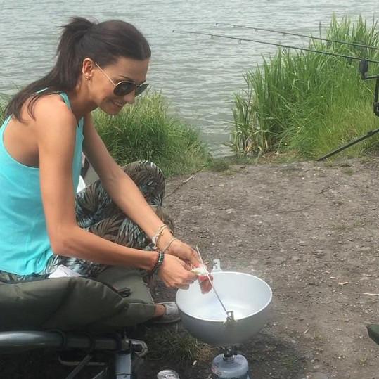 Eliška v sobotu na rybách vařila guláš v kotlíku. I pro Mareše.