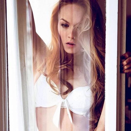 Modelka fotila fototesty pro kampaň značky spodního prádla.