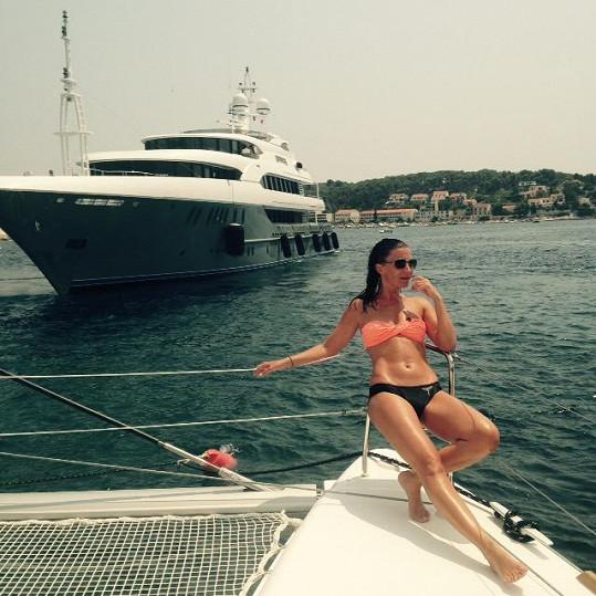 Takhle Partyšová relaxovala na své první dovolené na vodě.