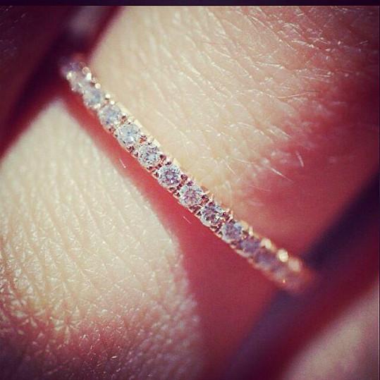 Filipův levý prsteníček zdobí prsten od Tiffanyho s brilianty v hodnotě přesahující sto třicet tisíc korun.