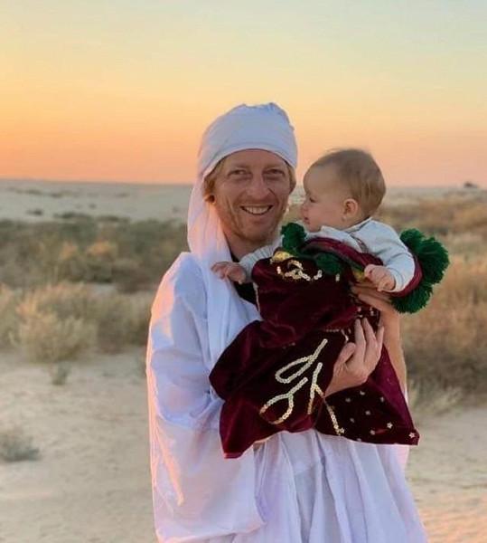 Miliardář vzal malou dceru i do pouště.