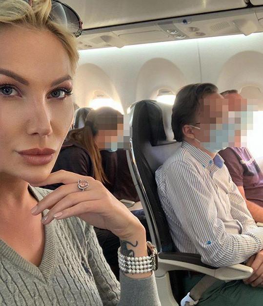 Lia Kees byla vyloučena z letecké přepravy. Během pití odmítla roušku.