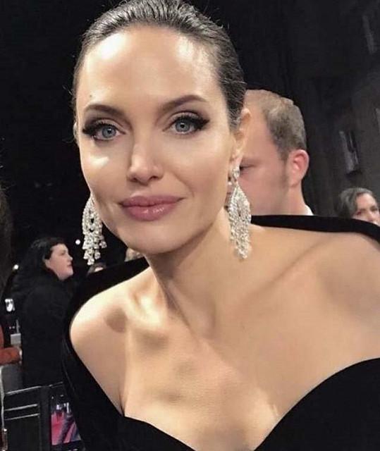 Esmer se chce podobat Angelině Jolie.