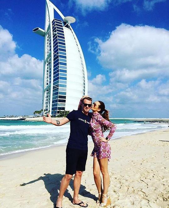 Zamilovaný pár na dovolené v Dubaji