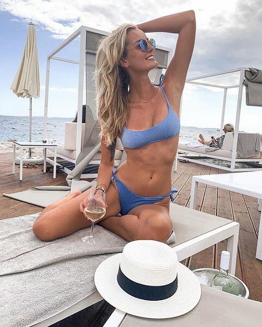 Topmodelka Denisa Dvořáková se předvedla v modrých plavkách.