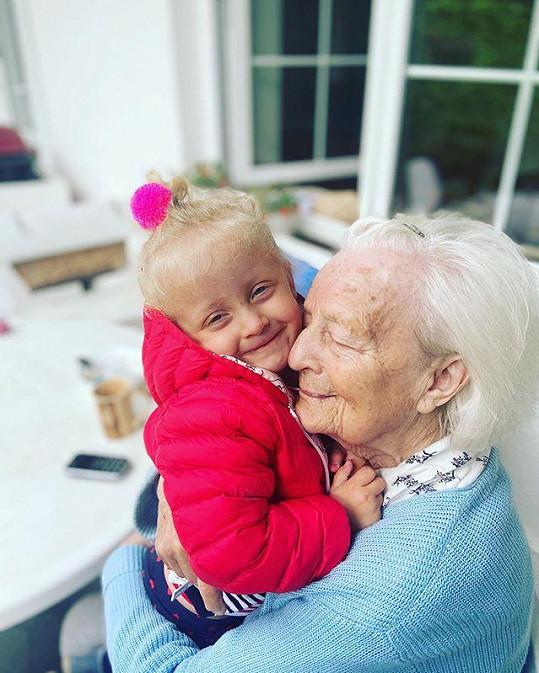 Agáta opět tráví čas s dětmi a babičkou.