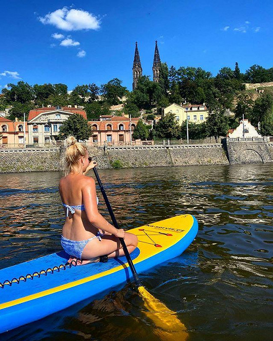 Na Vltavě vyzkoušela paddleboard.