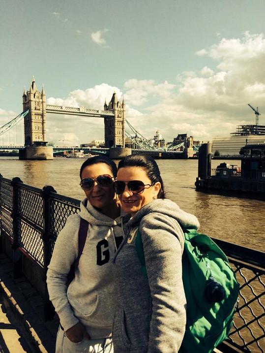 Bára do Londýna vzala svoji sestru.
