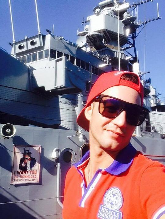 Coby turista u slavné bitevní lodi Iowa.