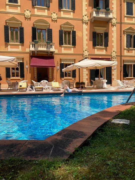 Pohoda u hotelového bazénu