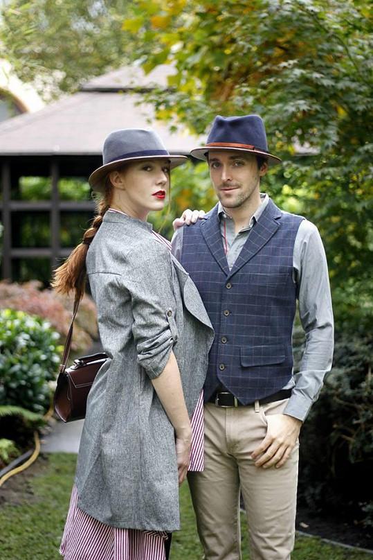 Nikol a Karel fotili fashion snímky v dřevěných kloboucích Jaroslava Matějčka.
