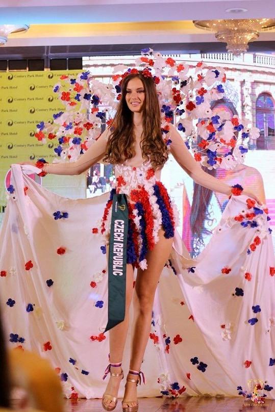 Na světové soutěži krásy Miss Earth česká zástupkyně boduje.