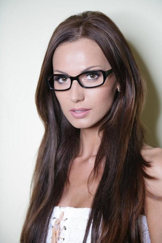 Eliška už si vážně koupila přídavný mozek ajťačky - módní brýle.