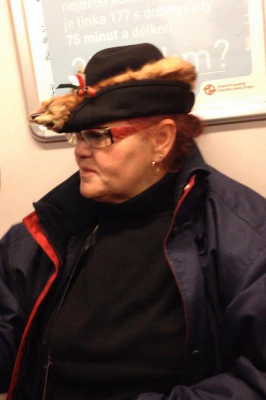 Slavná Julča má zase právo sedět. I v metru.