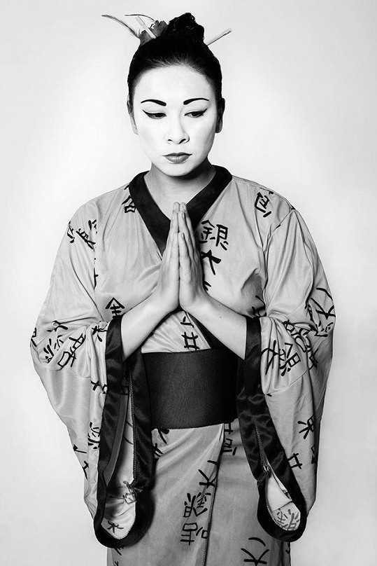 Michaela Dinhová na stylizované fotografii jako gejša