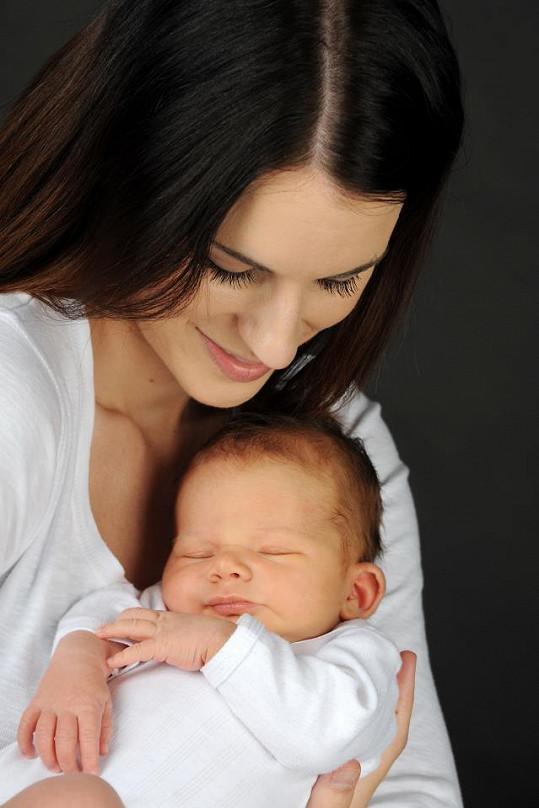 Lucie Váchová si mateřství užívá.