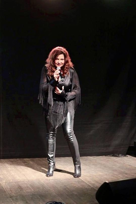 Místo toho, aby odhalila své ženské zbraně, tak se zpěvačka nesmyslně zakuklila.