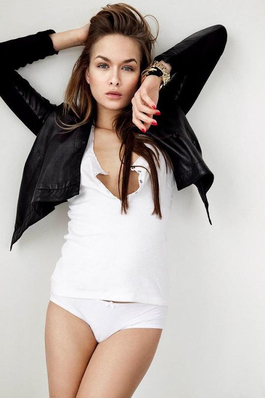 Dominika Kadlčková si nechala ztmavit vlasy a velmi jí to sluší.
