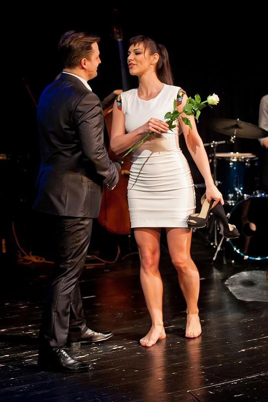 Aby nebyla vyšší než on, donutil ji Tomáš se vyzout.