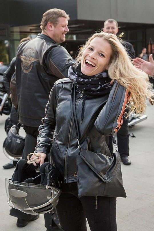 Michaela Gemrotová v motorkářském.