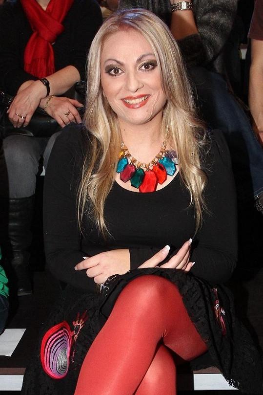 Martina si pod šaty vzala červené legíny a přesto bylo vidět, jak zhubla.