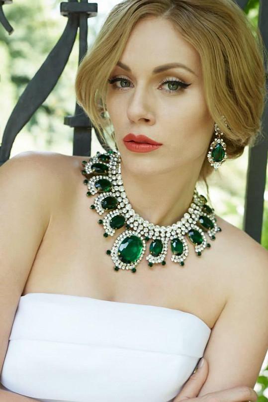 Nikol si sama k šatům vybírala šperky. Jako třeba tento výrazný set od Lilien.