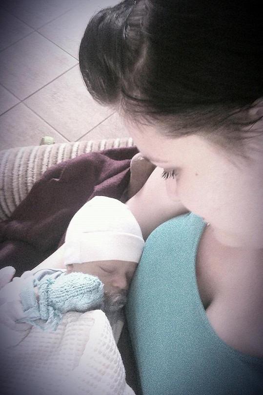 Leona je šťastnou maminkou.