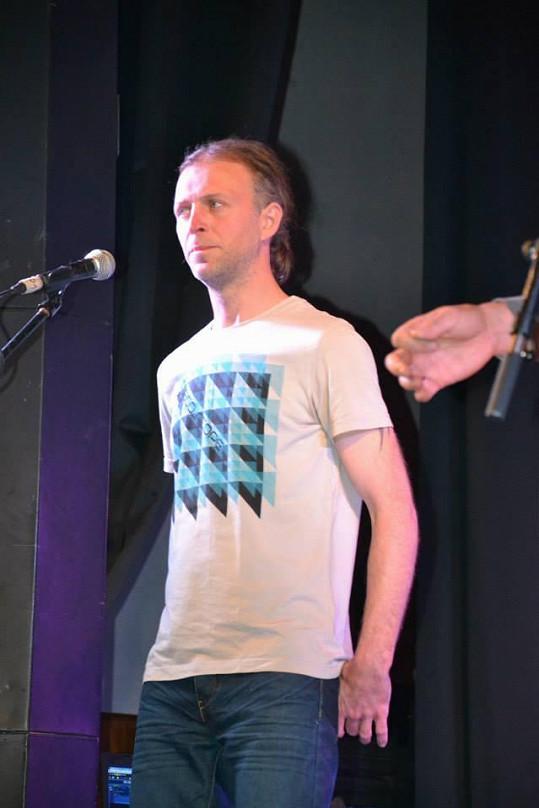 David Škach z kapely Lunetic dnes má dlouhé vlasy.