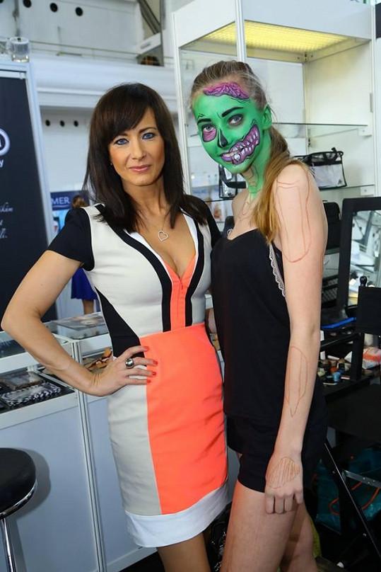 Na veletrhu obdivovala i práci make-up artistů, kteří nalíčili modelku nazeleno.