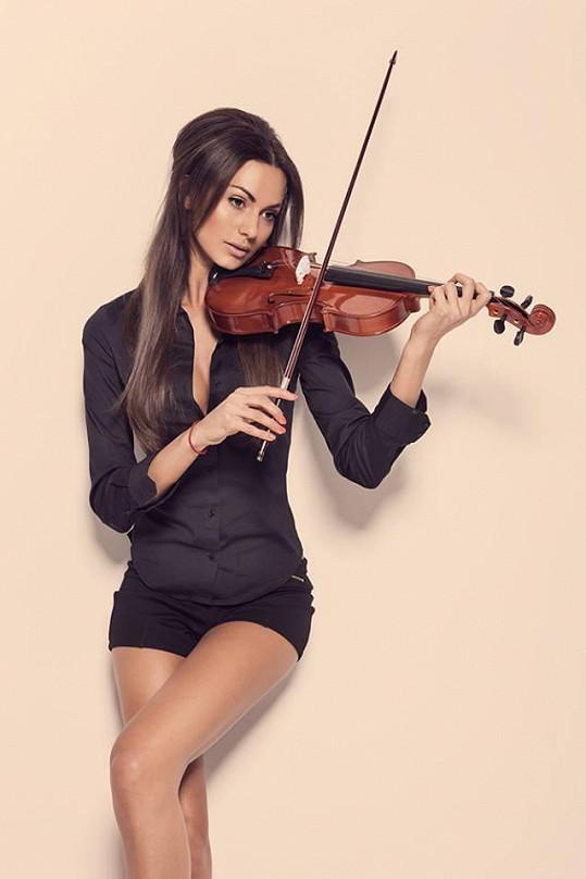 Eliška v dětství hrála na housle.