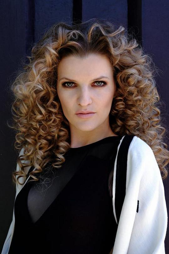 Veronika Chmelířová v nové vlasové kampani.