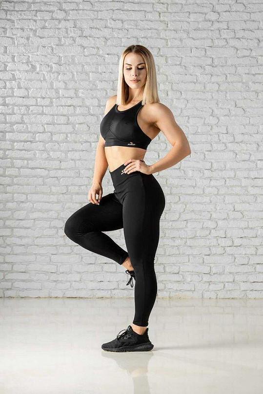 Postavu má fitness kráska dokonalou.