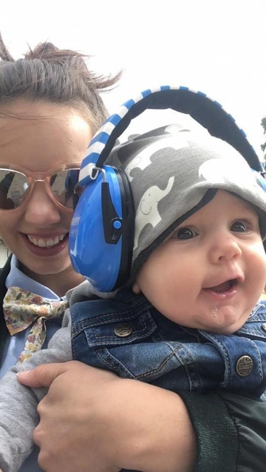 Tomešová má svého syna Kristiána neustále na blízku. Bere ho i na koncerty, kde ho vždy vyzbrojí speciálními sluchátky, které miminko chrání před hlukem.